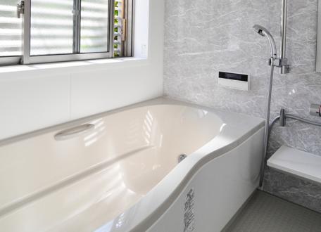 大理石デザインのオシャレで明るい浴室