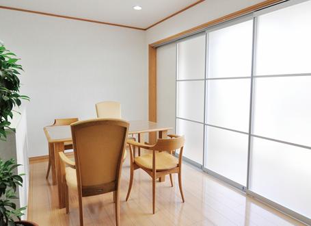 光が差し込む明るい部屋と床フローリング